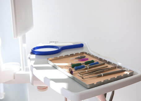 Dental clinic with surgical tray and equipment - ISF18485