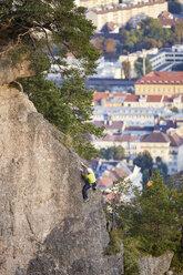 Austria, Innsbruck, Hoettingen quarry, man climbing in rock wall - CVF01009