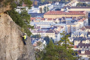 Austria, Innsbruck, Hoettingen quarry, man climbing in rock wall - CVF01012