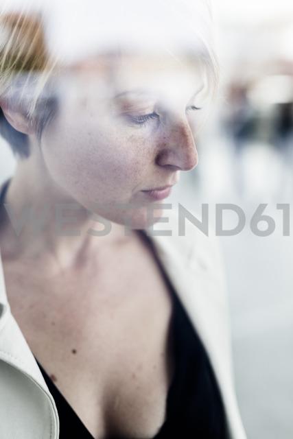 Pensive businesswoman - GIOF04015 - Giorgio Fochesato/Westend61
