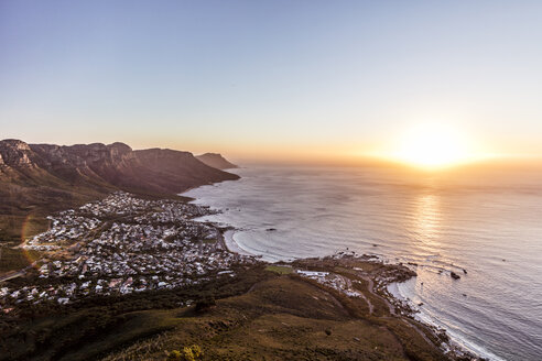 South Africa, Cape Town, Lions Head, Camps Bay, sunset above the sea - DAWF00678