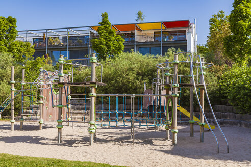 Germany, Baden-Wuerttemberg, Ulm, Eselsberg, Passive house, play ground in the foreground - WDF04777