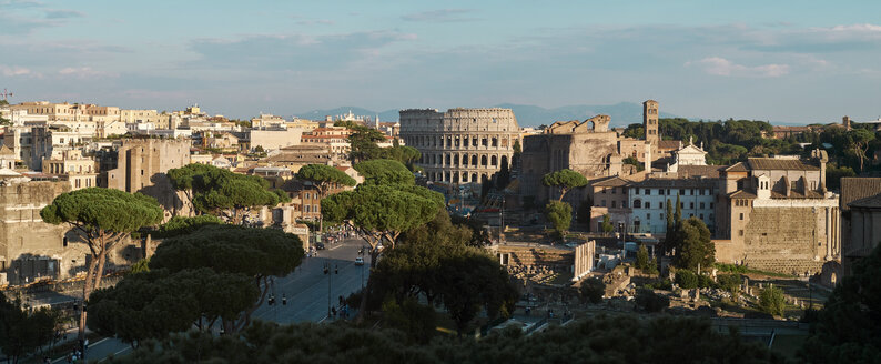 Italy, Lazio, Rome, cityview, Colosseum and Forum Romanum - BZF00430