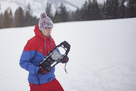 Man putting on snow shoes - MMAF00461
