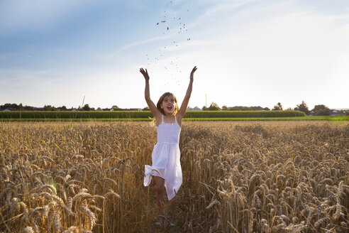 Little girl having fun in wheat field - LVF07359