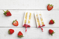 Homemade strawberry coconut ice lollies with kiwi fruit slices - GWF05622