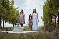 Friends preparing for picnic in vineyard - MAUF01616