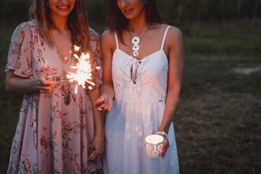 Friends having a picnic in a vinyard, burning sparklers - MAUF01655