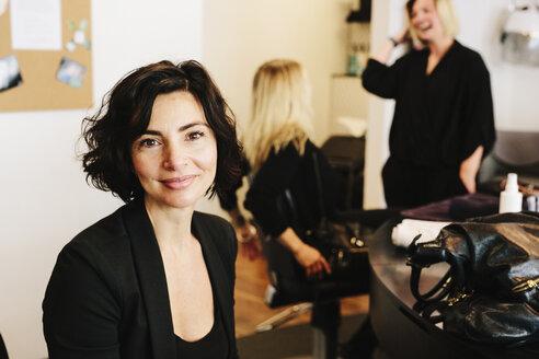 A client sitting in a hair salon chair. - MINF03738