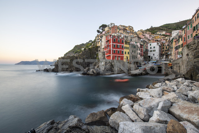 Italy, Liguria, La Spezia, Cinque Terre National Park, Riomaggiore in the evening light - RPSF00211 - Raul Podadera Sanz/Westend61