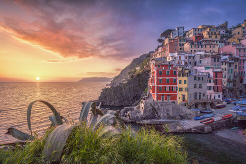 Italy, Liguria, La Spezia, Cinque Terre National Park, Riomaggiore at sunset - RPSF00223
