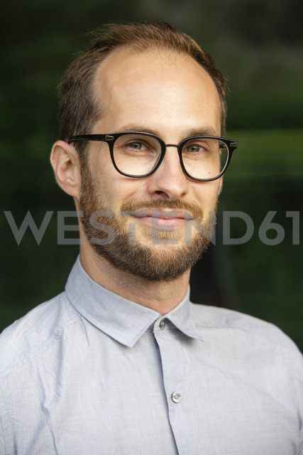 Portrait of bearded businessman wearing glasses - NGF00472 - Nadine Ginzel/Westend61