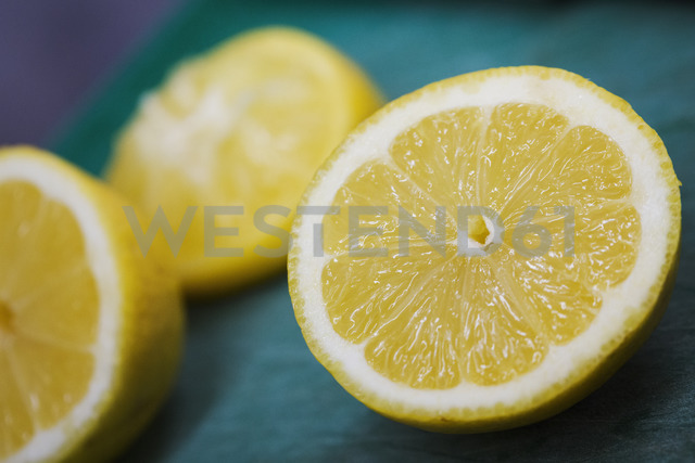 Close up of three slices of lemon. - MINF05527 - Mint Images/Westend61