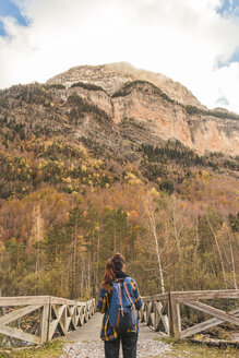 Spain, Ordesa y Monte Perdido National Park, back view of woman with backpack in autumn - AFVF01300
