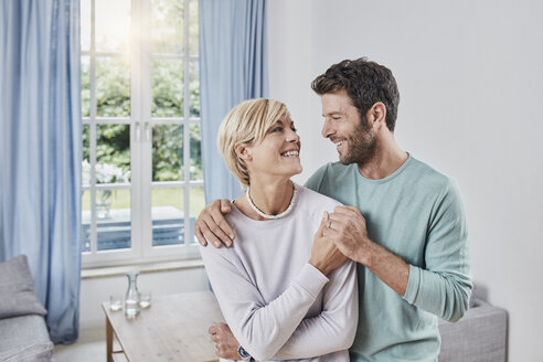 Portrait of happy couple embracing at home - RORF01379