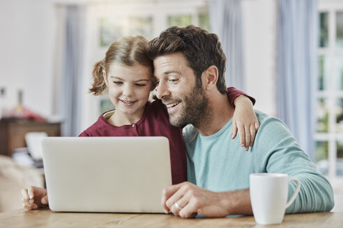 Father and daughter using laptop at home - RORF01394