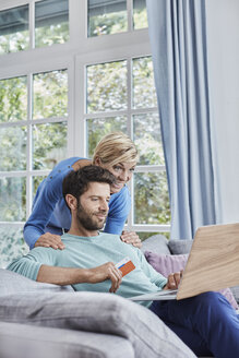 Happy couple at home shopping online - RORF01400