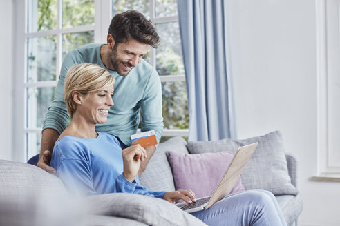 Happy couple at home shopping online - RORF01403