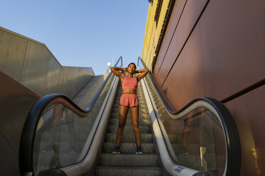 Young sportive woman on escalator - AFVF01331