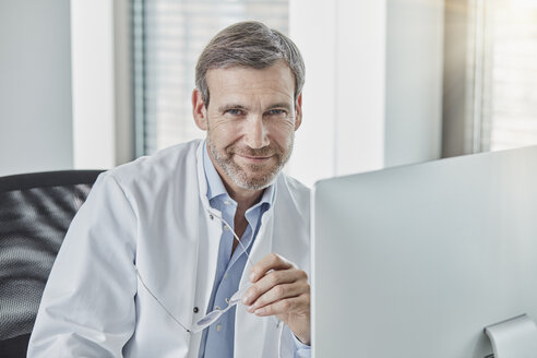 Doctor using computer - RORF01461