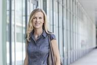 Smiling blond businesswoman - TCF05521