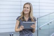 Smiling blond businesswoman - TCF05527