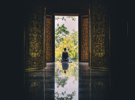 Thailand, Chiang Mai, Woman at the gates of the Wat Rajamontean Buddhist temple - GEM02262