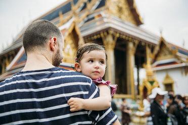 Thailand, Bangkok, Father and daughter visiting the Grand Palace - GEM02275