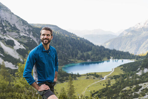 Austria, Tyrol, Hiker taking a break in the mountains at Lake Seebensee - DIGF04788