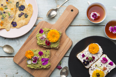 Toast with avocado hummus and sprad cheese with edible flowers - SKCF00525