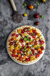 Sliced pizza with tomatoes and basil leaves - SARF03901