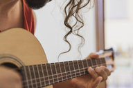 Man playing guitar - AFVF01399