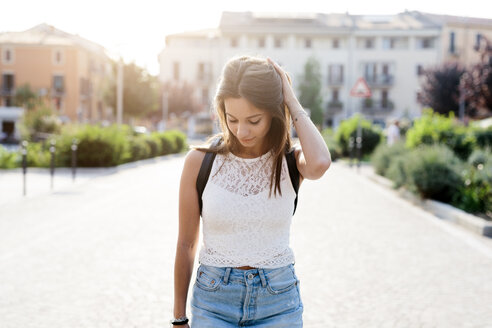 Young woman in the city looking down - GIOF04156