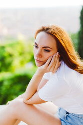 Portrait of daydreaming redheaded woman - GIOF04211
