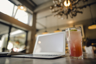 Laptop with blank screen in coffee shop - GUSF01090