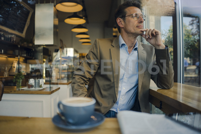 Mature businessman sitting in coffee shop, smiling - GUSF01171 - Gustafsson/Westend61