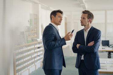 Businessmen talking in office - GUSF01192
