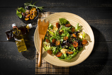 Leaf lettuce with steamed plums, champignons, almonds and cress - MAEF12710