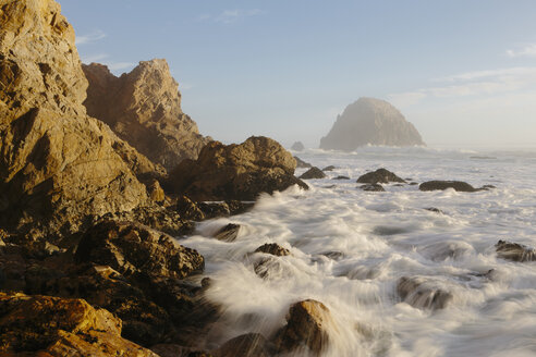 Seascape with breaking waves over rocks at dusk. - MINF08903