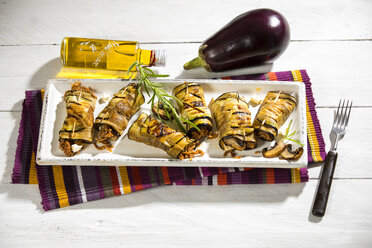 Grilled aubergine slices stuffed with mincemeat, champignons and goat cheese - MAEF12715