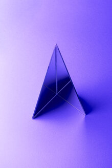 Triangle shaped mirrors on purple ground, 3D Rendering - DRBF00085