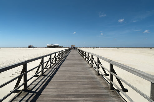 Germany, Schleswig-Holstein, Sankt Peter-Ording, boardwalk on the beach - UMF00844