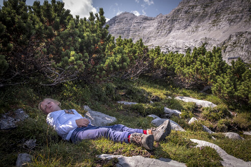Austria, Salzburg State, Loferer Steinberge, girl resting on a hiking trip in the mountains - HAMF00352