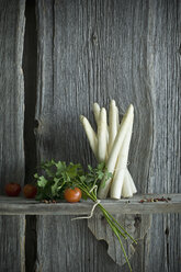 Bundle of white asparagus, tomato, parsley and mixed pepper on wood - ASF06205
