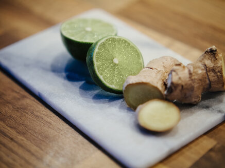 Sliced lime and cut ginger root - DASF00074
