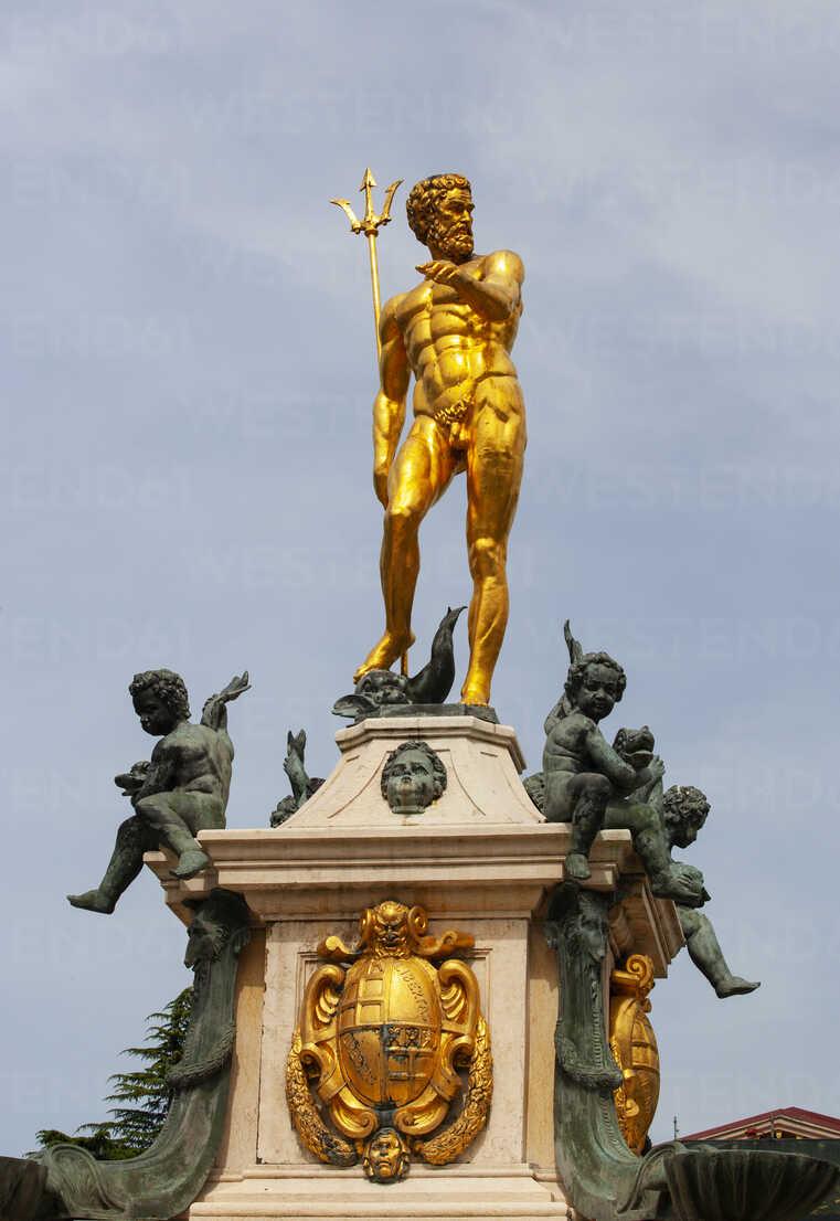 Georgia, Adjara, Batumi, Golden sculpture on the Neptune fountain - WWF04369 - Wolfgang Weinhäupl/Westend61