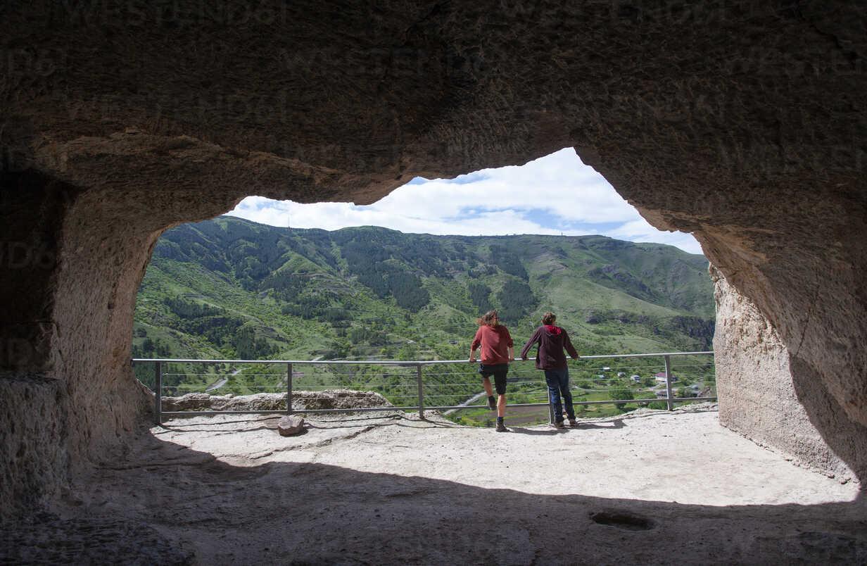 Georgia, Samtskhe-Javakheti, Tourists at cave city Vardzia - WWF04390 - Wolfgang Weinhäupl/Westend61