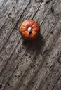 Hokkaido pumpkin on wood - RAMAF00031