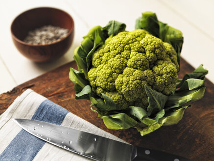 Romanesco broccoli on wooden board - RAMAF00109
