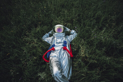 Spaceman exploring nature, relaxing in meadow - VPIF00577
